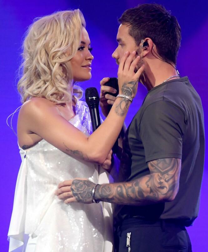 <strong>KJEMI:</strong> Rita Ora (29) og Liam Payne i hete omgivelser under fremførelsen av låta deres «For You». Foto: NTB Scanpix