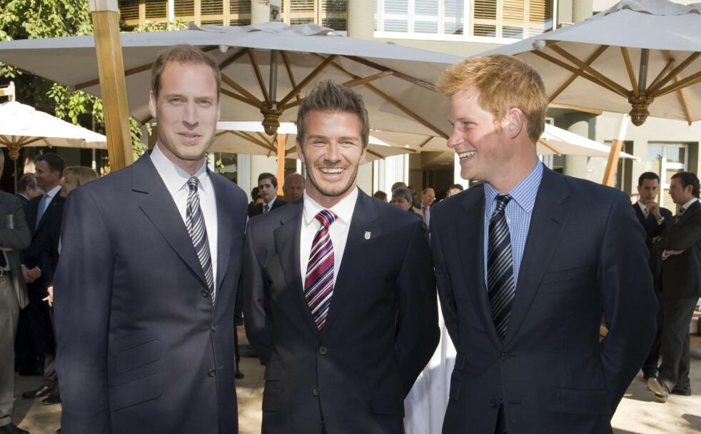TRIO: Den tidligere tidligere fotballspilleren David Beckham med prins Harry og prins William under FIFA World Cup i Johannesburg i Sør-Afrika sommeren 2010. De tre britiske mennene har alltid hatt et nært forhold. FOTO: NTB scanpix