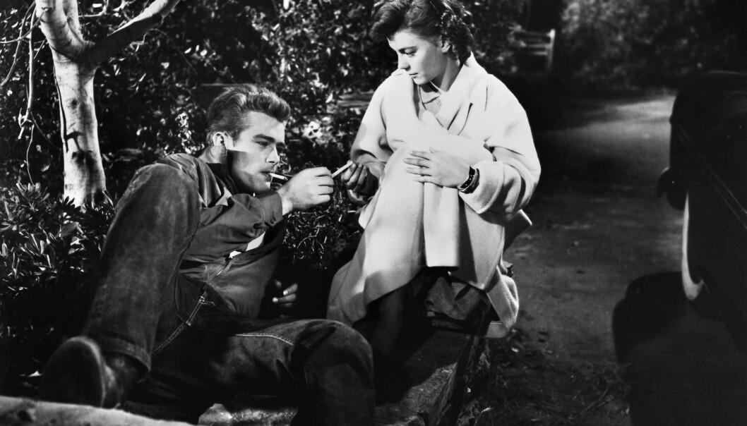 """<strong>LEGENDARISK:</strong> Med James Dean i legendariske """"Rotløs ungdom"""", eller """"Rebel Without A Cause"""" fra 1955. Natalie er bare 17 år. FOTO: NTB Scanpix"""