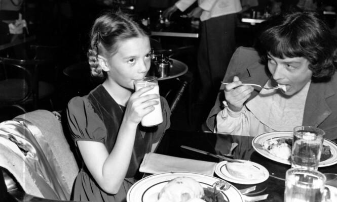 <strong>MED MAMMA:</strong> 11 år gamle Natalie spiser lunsj med mamma Maria under en filminnspilling i Hollywood i 1949. FOTO: NTB Scanpix