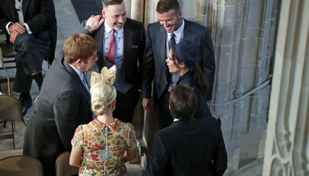 BRYLLUP: David Beckham og kona Victoria Beckham var selvskrevne gjester under bryllupet mellom Meghan og Harry i mai 2018. Her er de i lystig passiar med den britiske artisten Elton John, hans partner David Furnish og to andre gjester utenfor St George's Chapel på Windsor Castle. FOTO: NTB scanpix