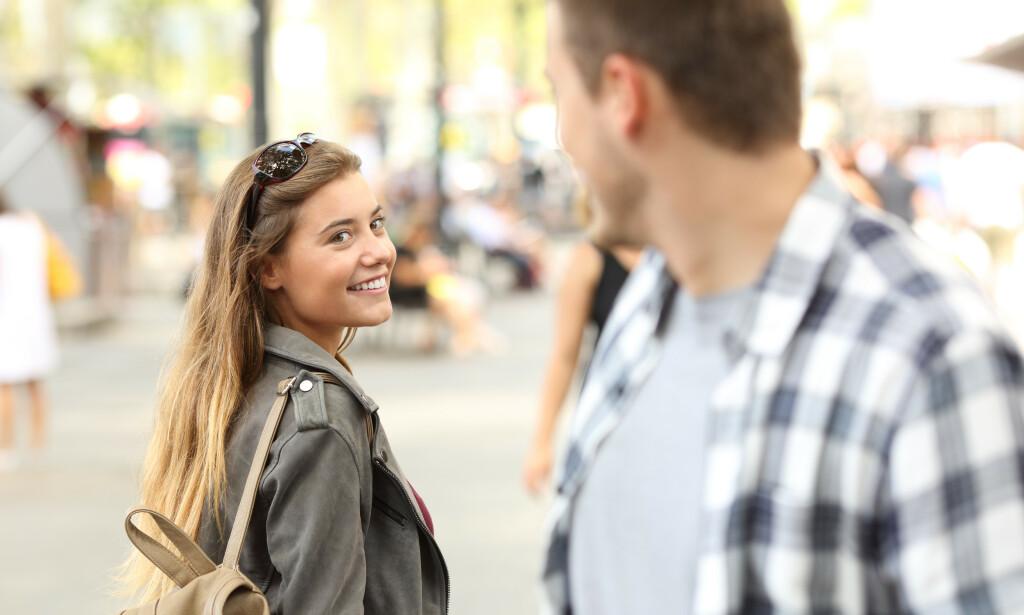 FLØRTING: Ifølge ekspertene er det spesielt èn teknikk du burde bruke om du skal sjekke opp noen du ikke kjenner fra før. Foto: Shutterstock / NTB Scanpix