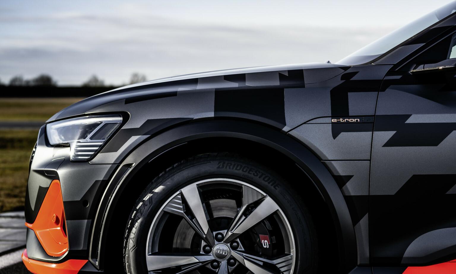 DETALJER: Skjermbreddere med luftspalte, 19-toms bremser og 22-toms hjul. Foto: Tobias Sagmeister