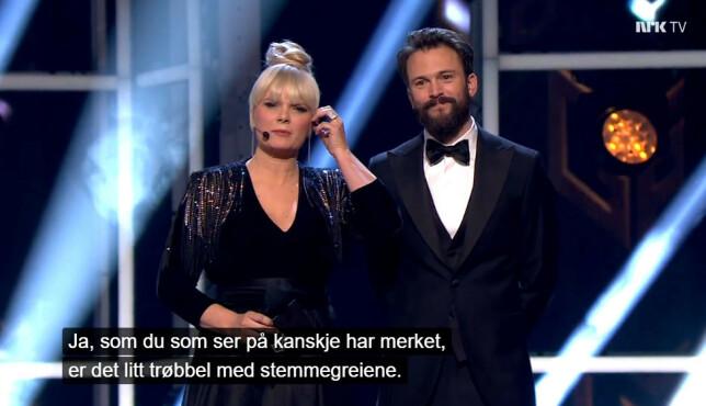 Programlederne under årets MGP-finalene måtte gjøre sitt beste med å takle de tekniske problemene på direkten. Senere i sendinga kom stemmesystemet tilbake, men da var allerede finalistene utvalgt av en folkejury. 📸: NRK