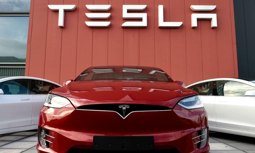 <strong>LIGNER BUTIKK:</strong> Mandag gikk Tesla ut med at bil nummer én million ble ferdigstilt. Samtidig passerte de norske registreringene 50.000 elbiler fra Tesla. Foto: John THYS / AFP