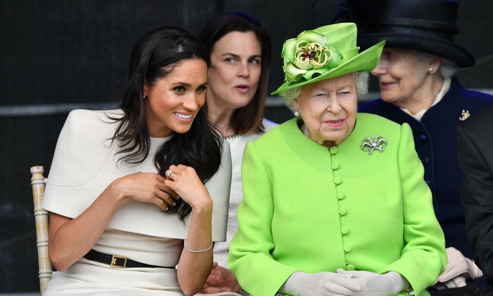 <strong>- UTMATTET:</strong> Det har vært et stormfullt år for den britiske kongefamilien, og det skal ha gått innpå familiens overhode, dronning Elizsabeth (93). Her er hun sammen med hertuginne Meghan i 2018. Foto: NTB Scanpix
