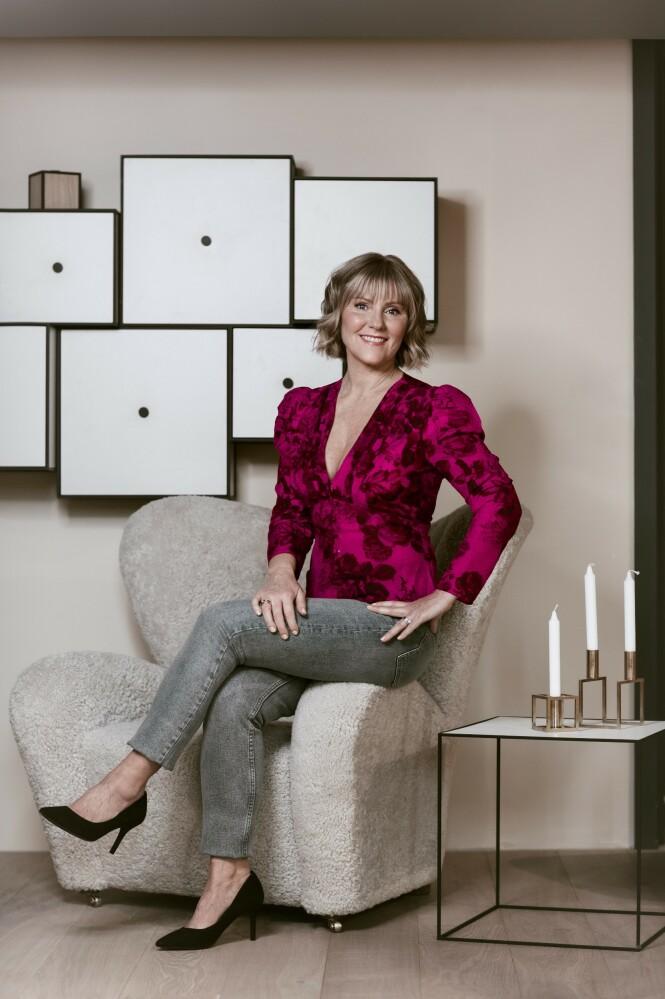 ETTER: Bluse (kr 400) og bukse (kr 400, begge fra H&M) og pumps (kr 600, Zara). Tips! Gi jeansen et løft med en lekker bluse og høye hæler. FOTO: Astrid Waller