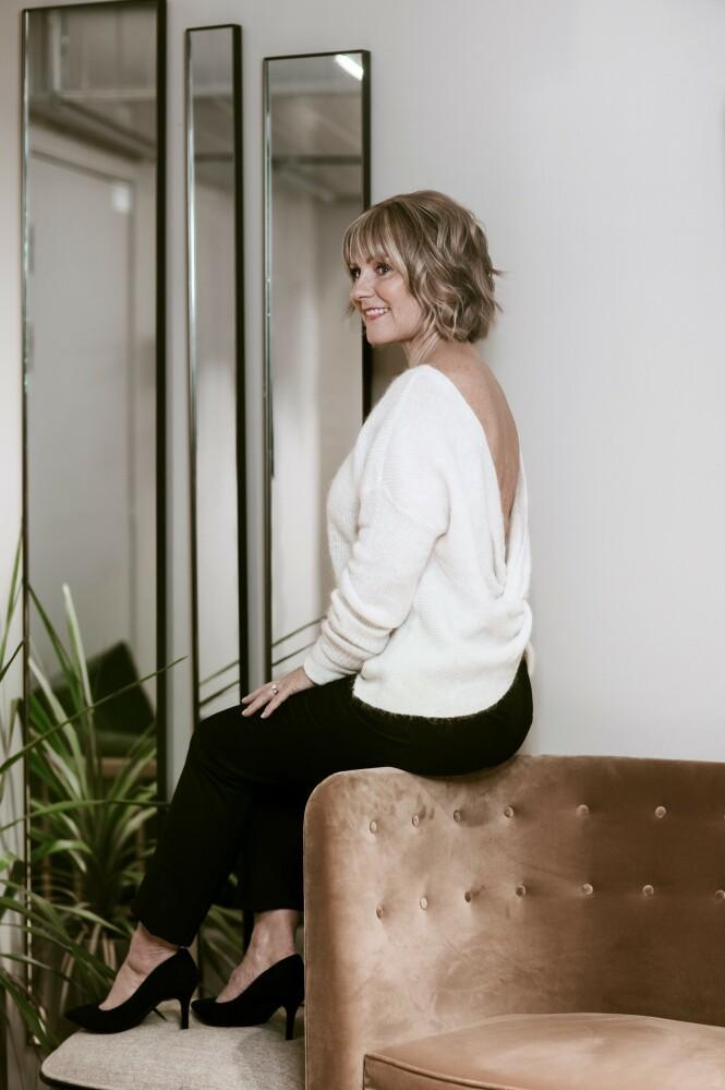 Genser (kr 500) og bukse (kr 300, begge fra H&M) og pumps (kr 600, Zara). Tips! En strikkegenser med dyp utrigning i ryggen gir hverdagsstilen det lille ekstra. FOTO: Astrid Waller