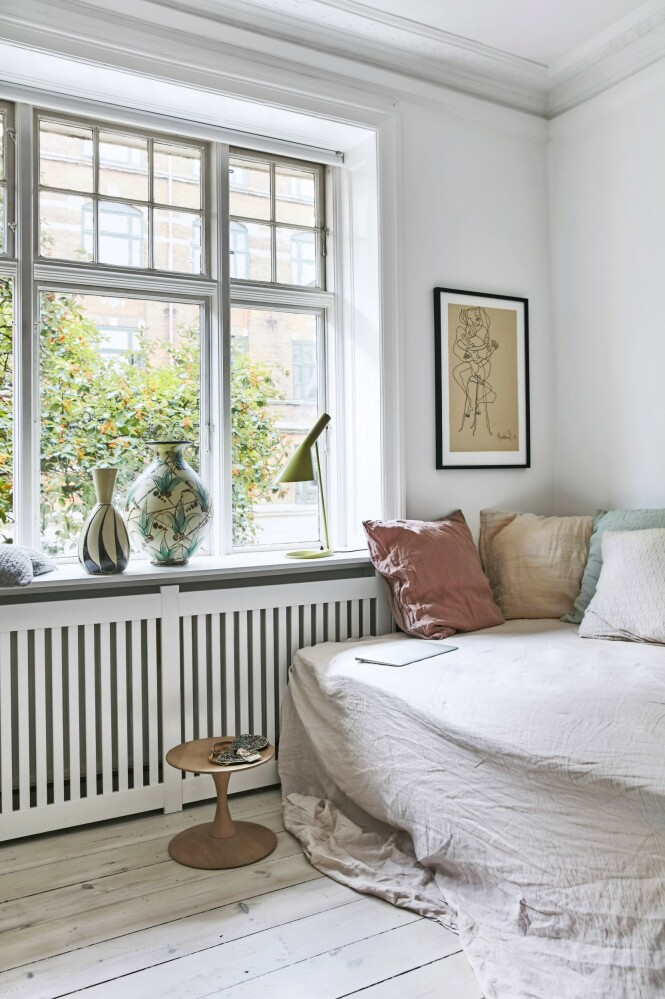 Rikke har satt en seng inn i stuen og har gjort den fin og innbydende med sengetøy og puter fra Merci Merci i Paris. TIps! Hvis du bokstavelig talt vil gå for en avslappende stil, kan du gjøre som Rikke og innrede med en seng i stedet for sofa i stuen. FOTO: Birgitta Wolfgang Bjørnvad
