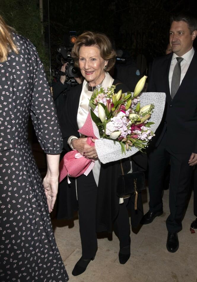 BLOMSTER: Både dronningen og kongen fikk blomster da de besøkte den norske ambassaden i Jordan. Foto: Andreas Fadum / Se og Hør
