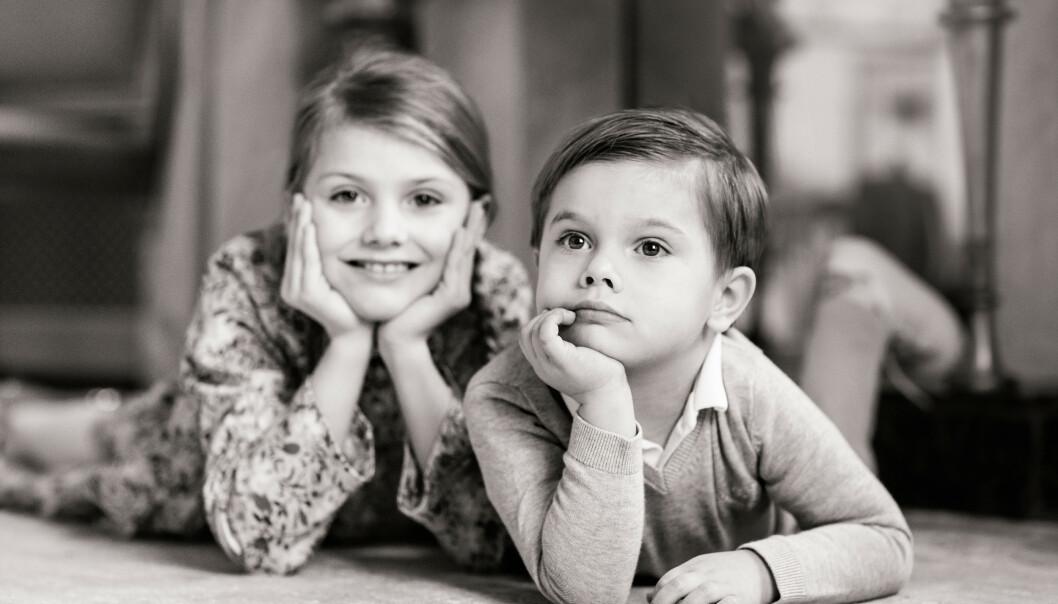 <strong>MED SØSTER:</strong> Prinsesse Estelle poserer ved siden av sin lillebror på dette nye bildet. Foto: Linda Broström/Kungl. Hovstaterna