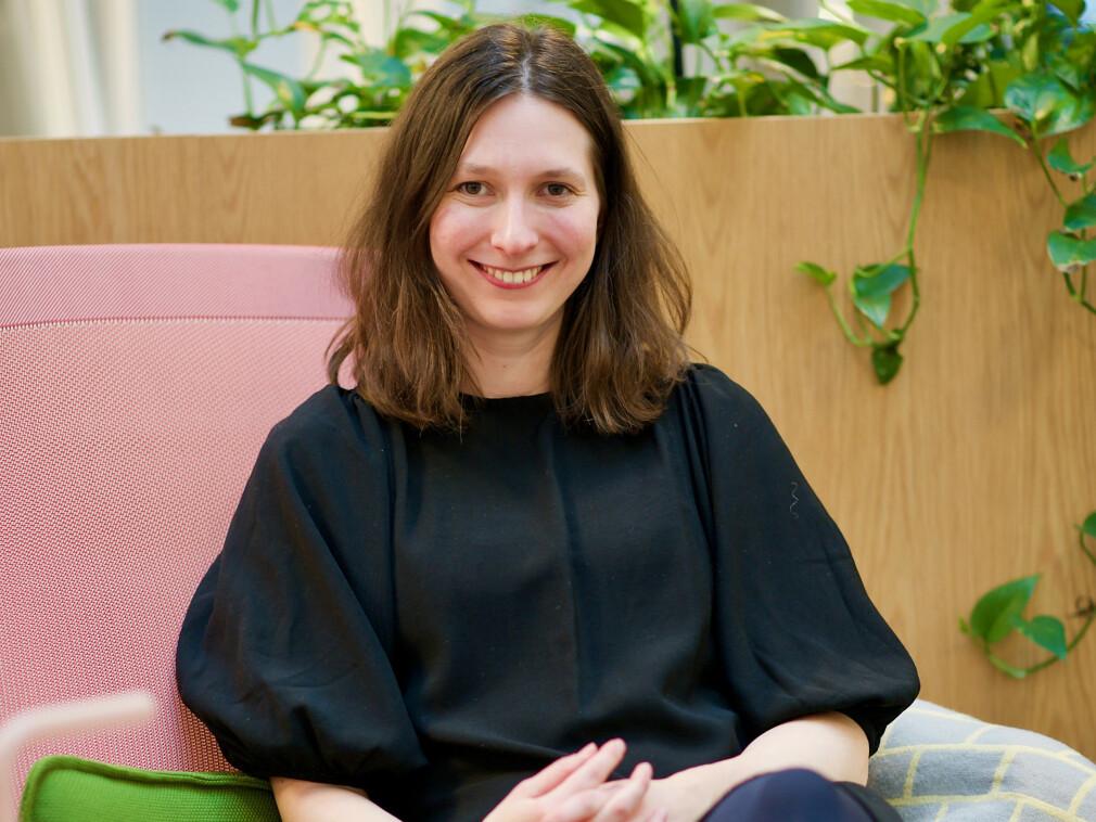 Olga Voronkova går gjennom fordelene og ulempene ved ulike metoder for apputvikling. 📸: Kodemaker