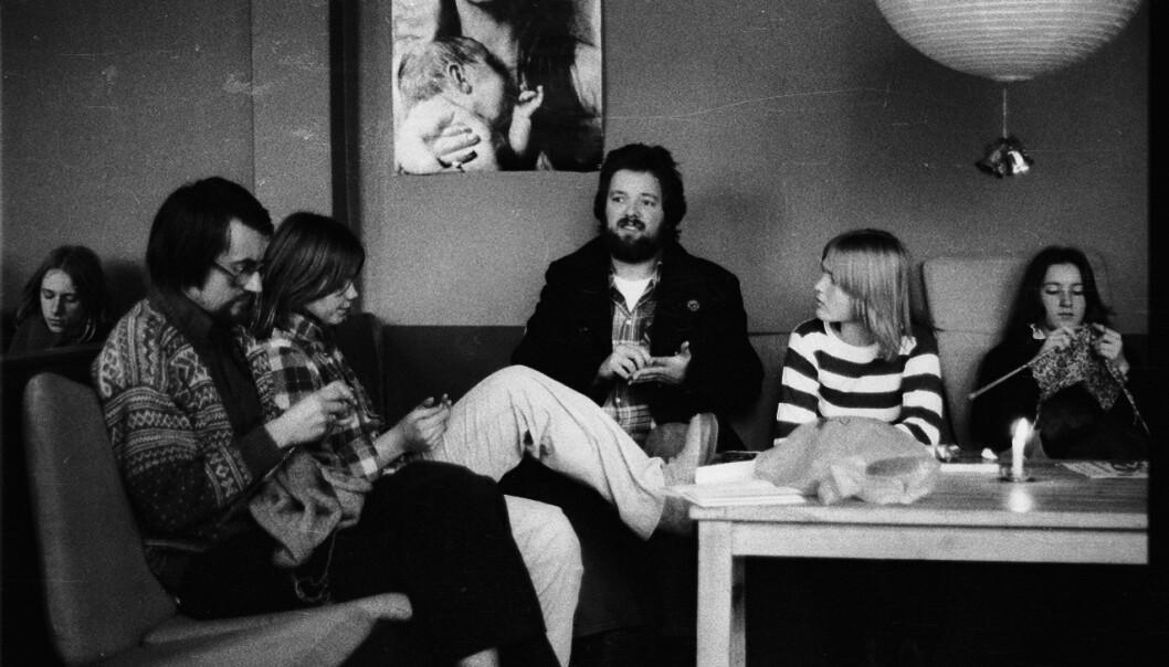 ALLMØTE: Elever ved Forsøksgymnaset strikker under allmøte ved skolen i 1977. Foto: Erik J. Joner