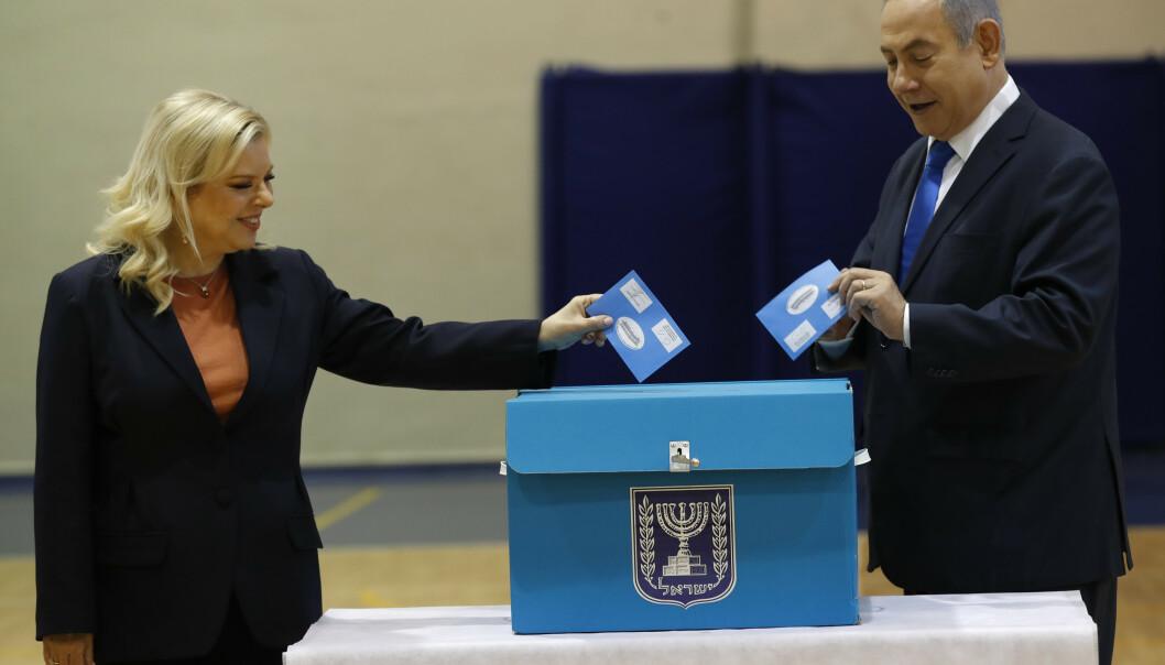 Statsminister Benjamin Netanyahu og hans kone Sara avlegger stemme. Foto: Atef Safadi / AP / NTB scanpix