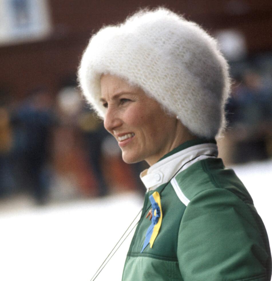 IT-JAKKE: En ivrig Kronprinsesse Sonja under VM på ski i Falun i 1974. Hun var kledd i grønn vintersportjakke fra Pierre Sport. Foto: NTB arkiv / Scanpix