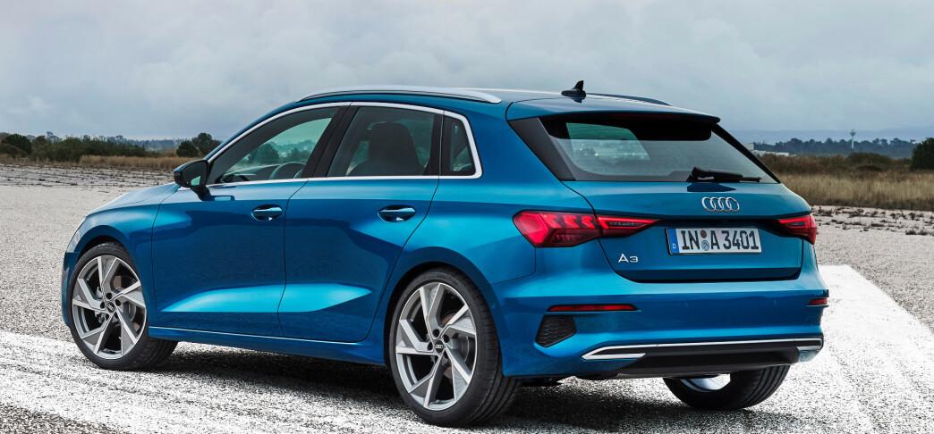 <strong>BARE SOM SPORTBACK:</strong> Man kjenner familielikheter, men det er skjelden vi ser så store forandringer fra en modell til en annen hos Audi. Nye A3 blir bare tilgjengelig som den lille stasjonsvogna Sportback og kommer snart med den norgesaktuelle ladbare hybriden. Foto: Audi.