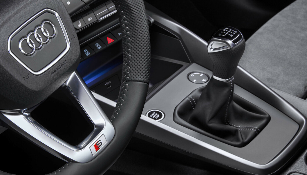 <strong>NULL MMI:</strong> Man har fjernet betheningen til skjermen fra midtkonsollen. Nå skjer alt i skjermen. Er det noe bra, da? Den fantastiske multifunksjonsknappen for volum, demp og kanalfunkjson har byttet plass foran girspaken og er tydeligvis ment for passasjer fra nå av. Foto: Audi.