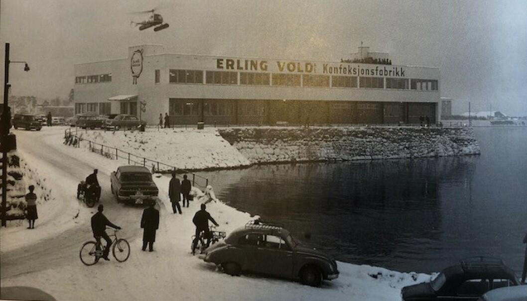 SUKSESS: Da Erling Vold Konfeksjonsfabrikk åpnet i 1961 landet det helikopter på taket og rikspressen var tilstede. Det var starten på moteeventyret. Foto: Privat