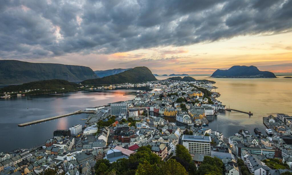 IDYLL: NHO Reiseliv frykter at færre vil glede seg over solnedganger over Ålesund og andre norske turistperler de neste månedene. Foto: Halvard Alvik, NTB scanpix