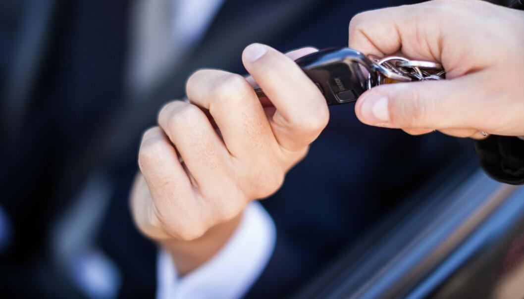 <strong>BLE LURT:</strong> Bilselgeren trodd han skulle gjøre en kjempedeal og få mye mer penger for bruktbilen sin enn han ba om i annonsen på Finn.no, men det viste seg at han ble lurt. Han ga 60.000 kroner i «vekslepenger» og skulle selge bilen for 500.000 - men «kjøperne» stakk før handelen ble gjort, og tok med seg de 60.000 kronene som selgeren hadde med i kontanter. Foto: Shutterstock/NTB scanpix