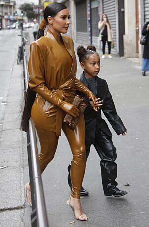 LATEX: Kim hadde kledd seg i en brun latexfrakt, mens datteren hadde gått for en sort dress i lær. Foto: NTB Scanpix