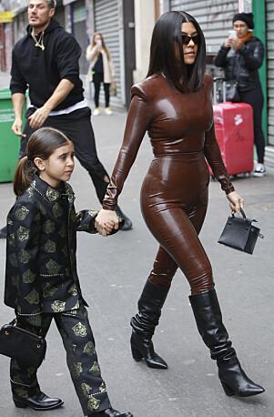 BALMAIN: Kourney hadde kledd seg i samme merke som sin søster, og Penelope gikk for dress, i likhet med kusina. Foto: NTB Scanpix