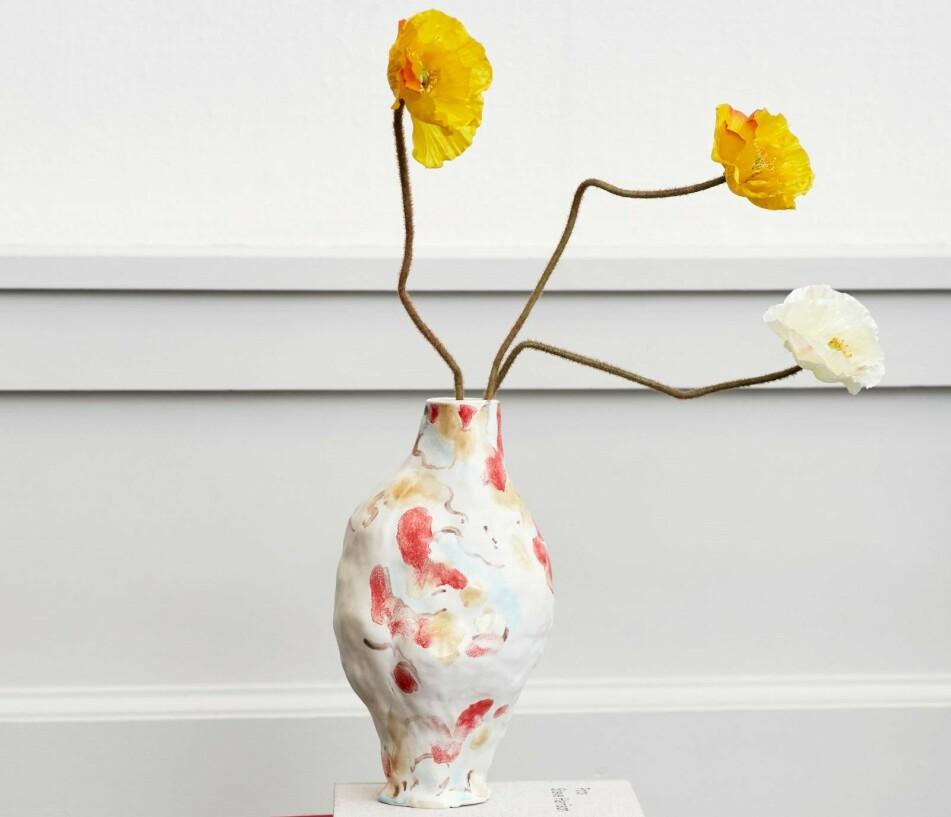 KLAR FOR VÅR: Vi gleder oss til å fylle hjemmet med deilige vårblomster. Nå mangler vi bare den perfekte vasen å ha dem i! Foto: HAY