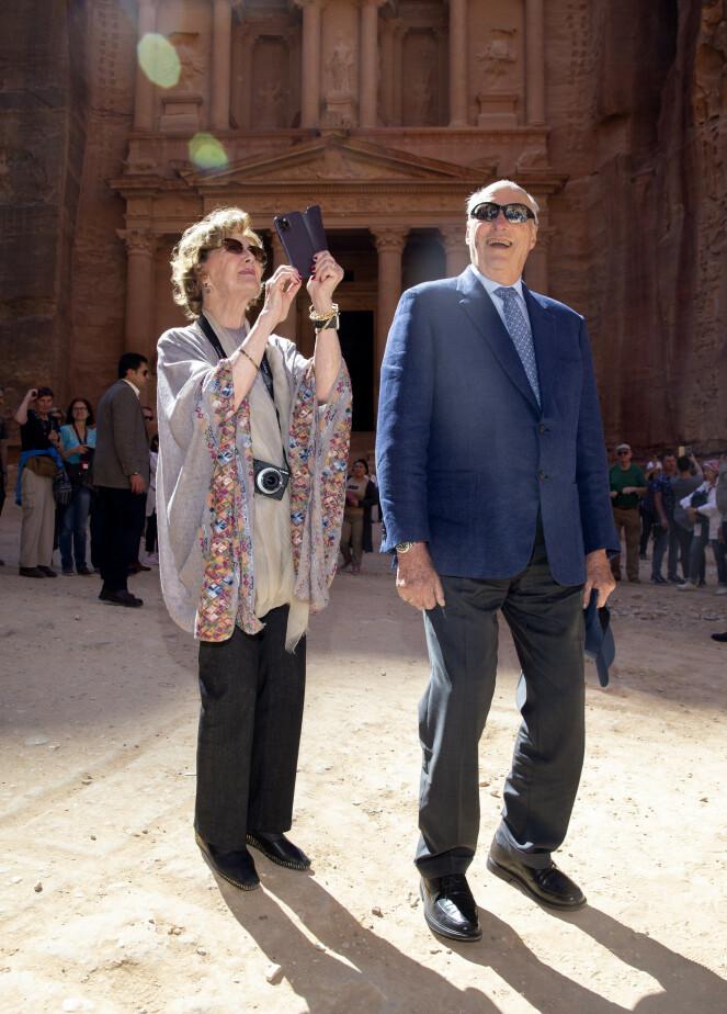 FØLGER SITUASJONEN: Kongeparet, her fotografert i oldtidsbyen Petra, sier at de ikke har planer om å ha kontakt med noen av de smittede jordanerne. Foto: Andreas Fadum / Se og Hør
