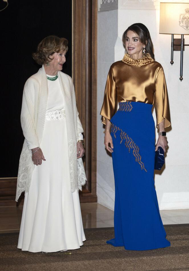 VAKKER: Dronning Sonja så vakker ut i sin hvite kjole under bankettmiddagen mandag kveld. Foto: Andreas Fadum / Se og Hør
