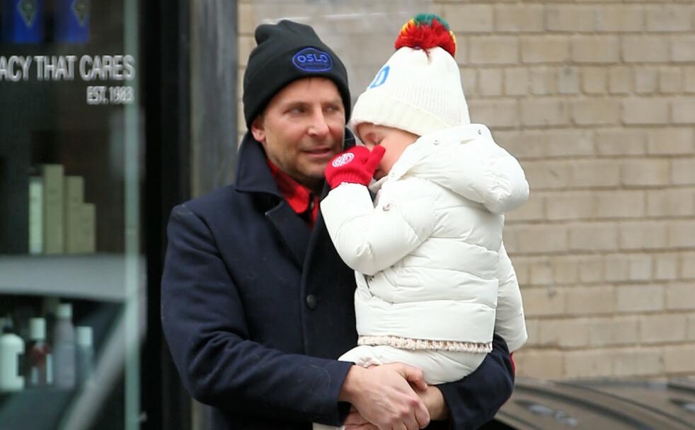BRADLEY COOPER: Den amerikanske skuespilleren Bradley Cooper og datteren Lea i West Village i New York i februar. Han var ikledd en lue med Oslo-logo på. FOTO: NTB Scanpix