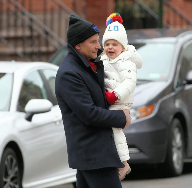 FAR OG DATTER: Bradley Cooper med datteren Lea i februar. Mon tro om ikke Lea også har OSLO-lue! FOTO: NTB scanpix