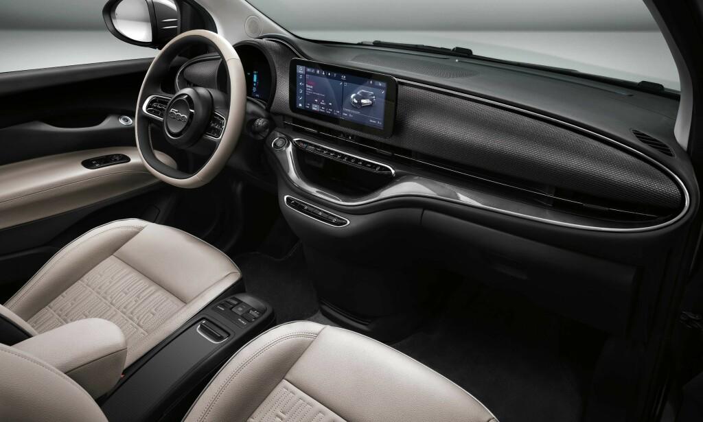 RYDDIG: Fiat 500E er ryddig og stilfull innvendig. Og den er alltid påkoblet. Foto: Produsenten
