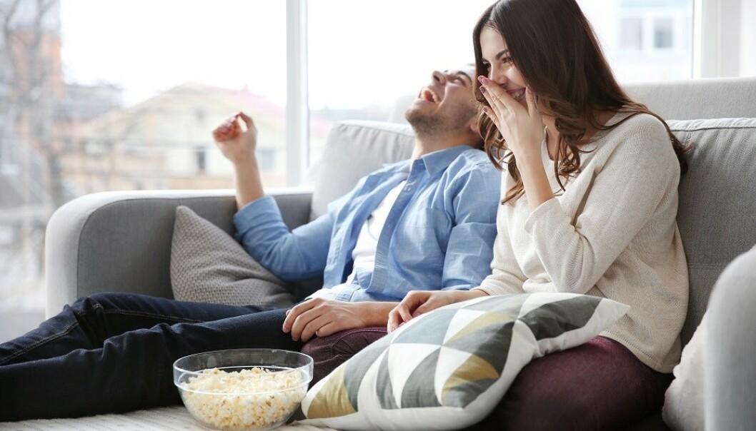 HELGEKOS: Det kan være lurt å unngå spising i sofaen i hverdagen. FOTO: NTB Scanpix