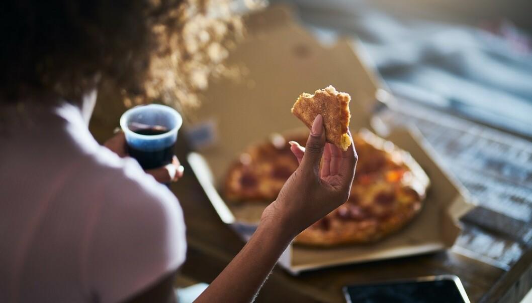 SPISER MER: Å spise middag i sofaen kan føre til at vi spiser mer enn vi hadde planlagt. FOTO: NTB Scanpix