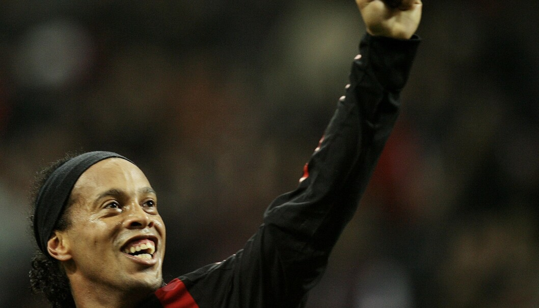 AC Milan's Ronaldinho celebrates after scoring against Napoli during their Italian Serie A soccer match at the San Siro stadium in Milan November 2, 2008. REUTERS/Alessandro Garofalo. (ITALY) / SCANPIX