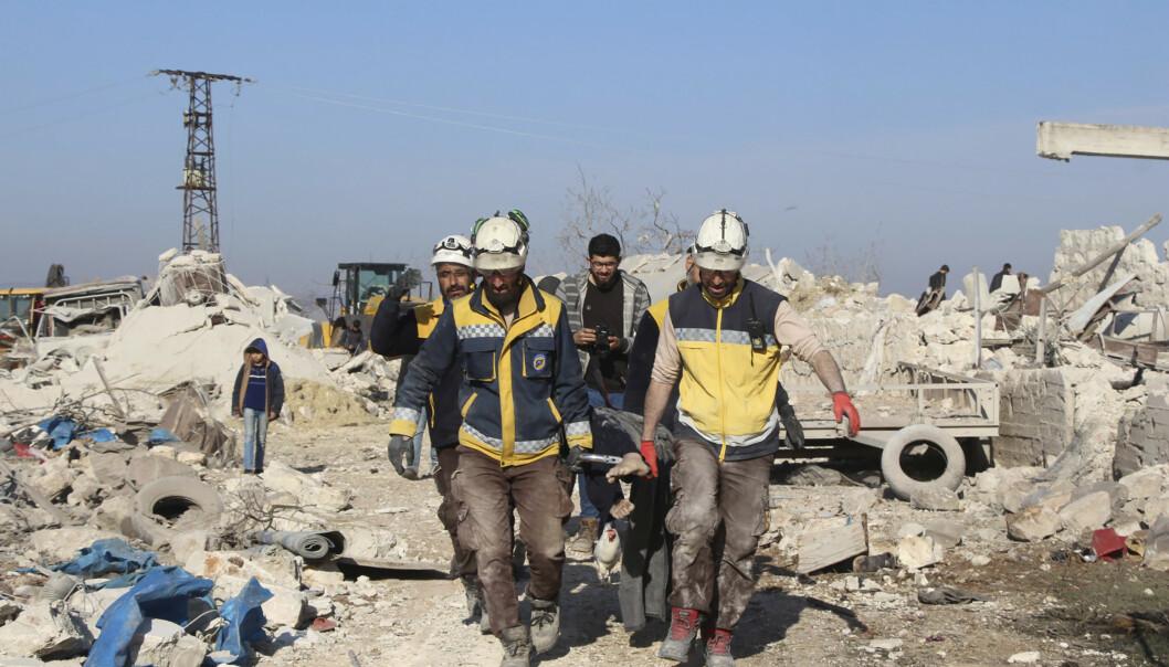 Hjelpearbeidere fra sivilforsvarsgruppa De hvite hjelmene hentet torsdag formiddag ut ofrene fra et flyangrep mot en kyllingfarm i utkanten av den opprørskontrollerte landsbyen Maaret Musreen nordvest i Syria. Foto: De hvite hjelmene / AP / NTB scanpix