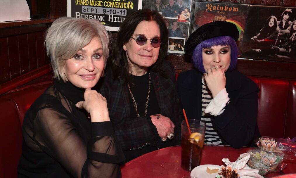 <strong>TURBULENT:</strong> Ozzy og Sharon Osbourne har hatt et svært turbulent ekteskap, som har vært nær å gå dunken flere ganger. Nå legger rockestjernen seg paddeflat etter flere sidesprang. Her er de fotografert med datteren Kelly og kona Sharon. . Foto: NTB scanpix