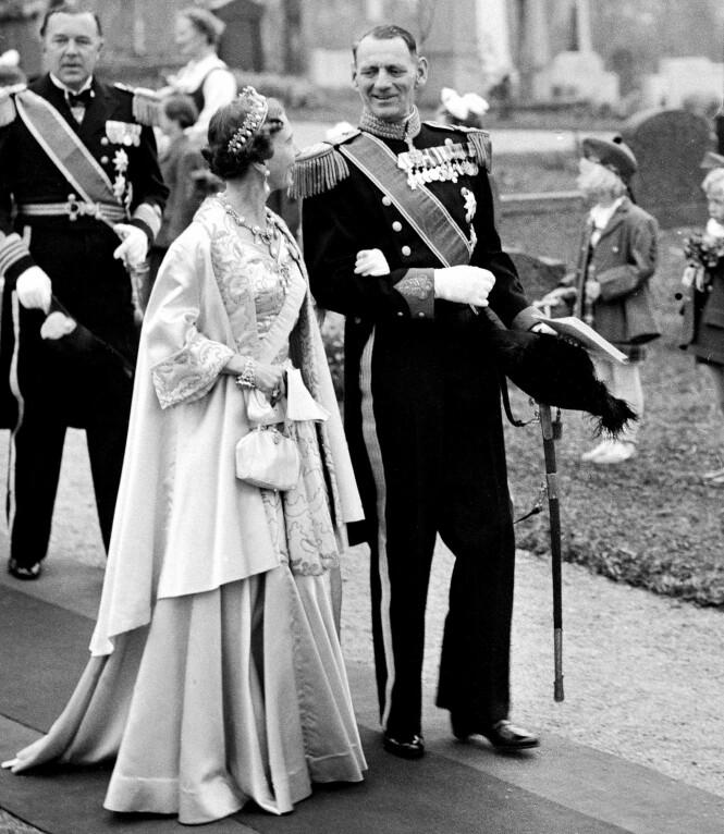 <strong>KONGEPAR:</strong> Kong Frederik og dronning Ingrid fikk tre døtre, og arveretten ble endret. Her er paret avbildet i 1953, i bryllupet til prinsesse Ragnhild av Norge. Foto: NTB Scanpix