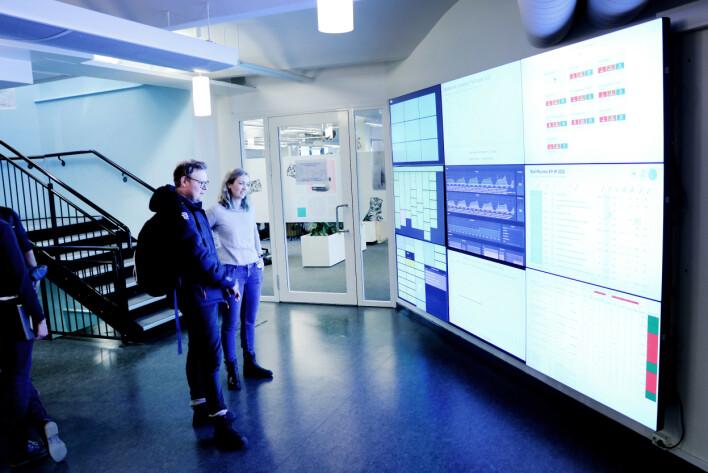 Statusskjermene til Finn er godt synlig i gangen mellom etasjene. 📸: Ole Petter Baugerød Stokke