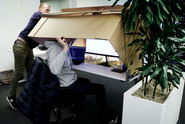 Utviklere trives i Finn sine lokaler, men også her kan det fort bli for åpent. Derfor har denne utvikleren anskaffet seg en slags kokong. Visstnok fra en norsk startup. 📸: Ole Petter Baugerød Stokke