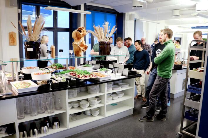 Finn.no kantina åpner 11:00 sharp. Her står utviklere lydig i kø. 📸: Ole Petter Baugerød Stokke