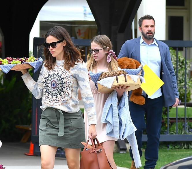<strong>TREBARNSFORELDRE:</strong> Ben og Jennifer har tre barn sammen. Her med deres eldste datter Violet i fjor. Foto: NTB Scanpix