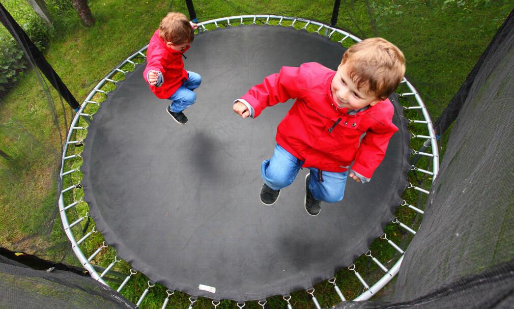 HOPPESTØY: Har du kjøpt trampoline til barna, er det enkelte ting du bør ta hensyn til før du setter den opp utenfor huset. Først og fremst for å unngå å plage vettet av naboen. Foto: NTB Scanpix.