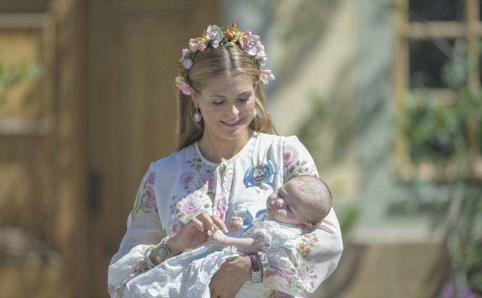 PRINSESSE ADRIENNE: Prinsesse Madeleine med yngstedatteren prinsesse Adrienne etter dåpen i Drottningholms slottskyrka i juni 2018. Nå er hun blitt 2 år! Se det sjarmerende bildet i saken! FOTO: NTB scanpix