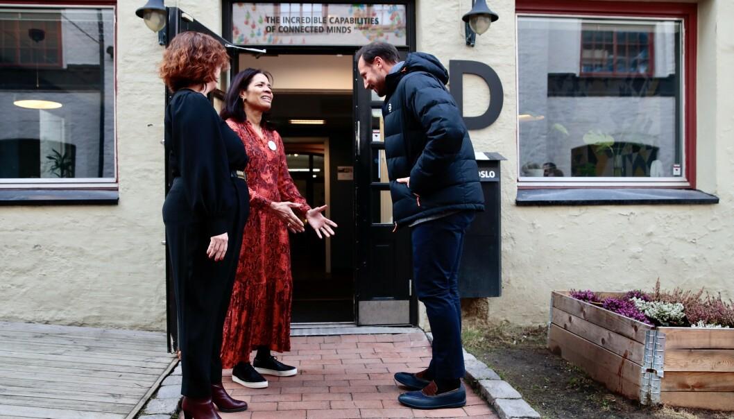Kronprins Haakon håndhilste ikke da han ble tatt i mot av Gründer Lisa Cooper og daglig leder for 657 Oslo, Anniken Fjellberg under et besøk hos mentorprogrammet Catalysts mandag ettermiddag. Foto: Håkon Mosvold Larsen / NTB scanpix