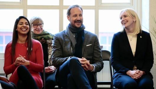 Navnit Kaur (f.v.), kronprins Haakon og Irene L. Lystrup, daglig leder i Kronprinsparets Fond under et besøk hos mentorprogrammet Catalysts, som arbeider for at flerkulturell ungdom skal lykkes med skole og arbeid. Foto: Håkon Mosvold Larsen / NTB scanpix