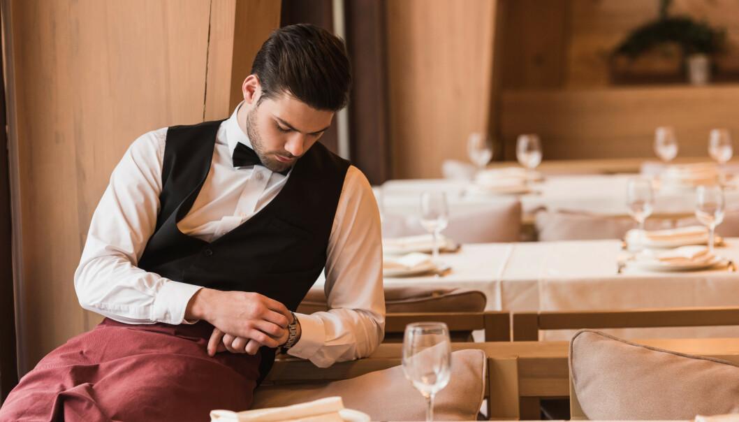 <strong>TOMME BORD:</strong> Flere bedrifter opplever avbestillinger på grunn av coronaviruset, blant annet restaurant- og hotellbransjen. Det kan føre til permitteringer. Les mer om hva det betyr for deg som ansatt i saken under. Foto: Shutterstock/NTB Scanpix.