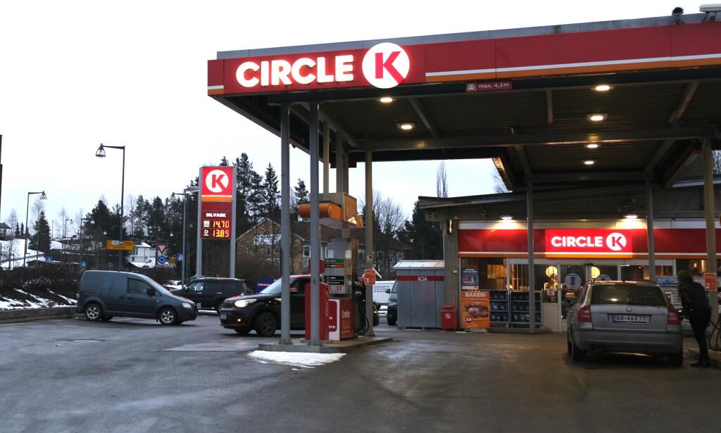PRISRAS: Drivstoffprisene har falt kraftig de siste dagene som følge av corona-frykt. På flere stasjoner tanker bilistene nå bensin til under 14 kroner under literen. Foto: Rune Korsvoll
