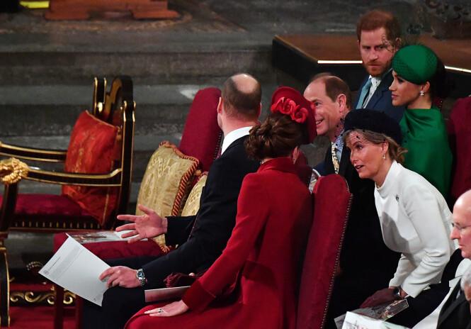 INGEN SAMTALE: Prins William og hertuginne Kate snakket med prins Edward og grevinne Sophie, som satt rett bak dem, men ble ikke fotografert i samtale med prins Harry og hertuginne Meghan - som satt to seter bortenfor igjen. Foto: NTB scanpix