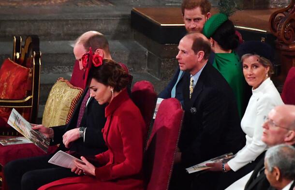 SATT SAMMEN: De to hertugparene var plassert like ved hverandre i kirken, men så ut til å ha svært begrenset samhandling. Foto: NTB scanpix